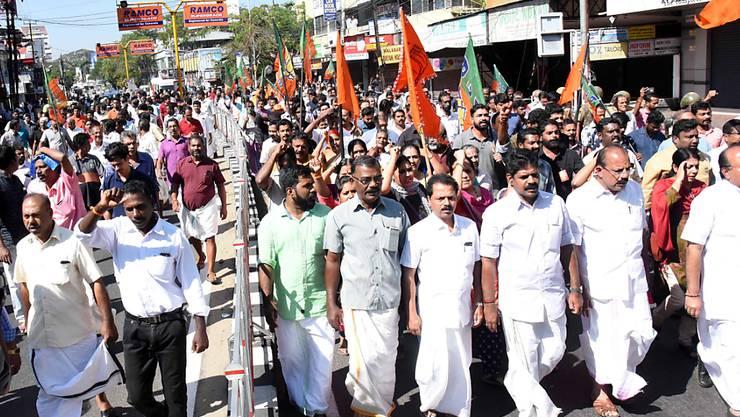 Hindus protestieren im indischen Kochi gegen den Zutritt von Frauen in ihre Tempel. Am Donnerstagabend hat eine dritte Frau einen heiligen Hindu-Tempel im Süden Indiens besucht.