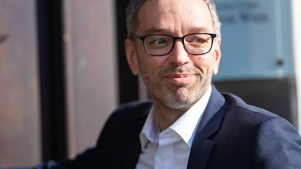 Herbert Kickl, Fraktionsvorsitzende der FPÖ, im FPÖ-Präsidium in der Bundesgeschäftsstelle. Kickl soll bei der österreichischen Rechtspartei auch den Parteivorsitz übernehmen. Foto: Georg Hochmuth/APA/dpa