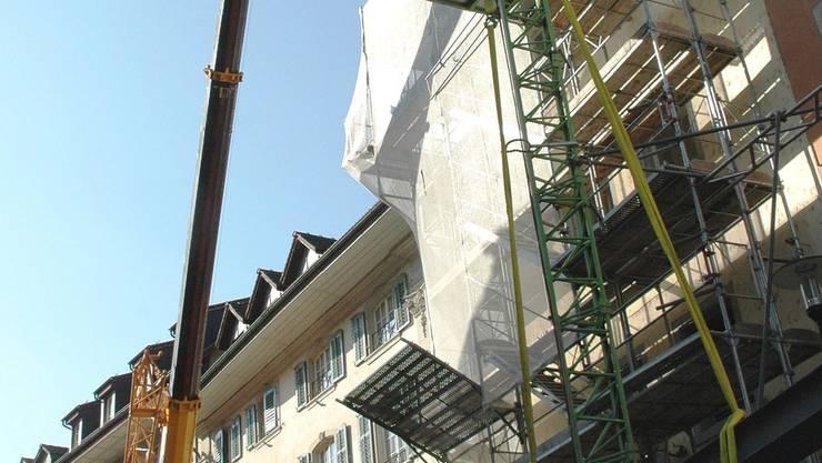 Stahl am Kranhaken: Die Gebäudestruktur wird verstärkt. mhu