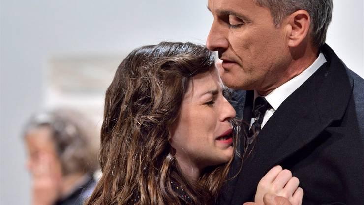 Marianne (Johanna Zaugg) verzweifelt am Schicksal beim ungeliebten Metzger Oskar (Stephan Hottenberg).