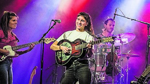 Sängerin Janine Cathrein steht im Zentrum von Black Sea Dahu.