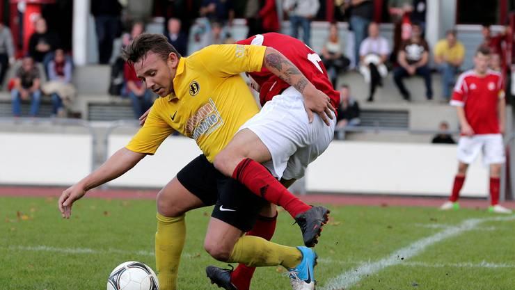 Der SV Muttenz (im Derby gegen den SC Dornach, im Vordergrund Talisson Da Costa gegen Alois Ribeiro) kann auf eine treue Anhängerschaft zählen.