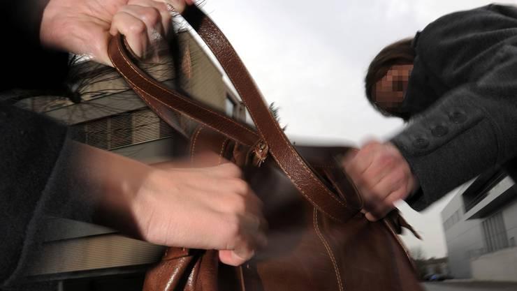 Ein Unbekannter entriss einer Frau eine Handtasche (Symbolbild).