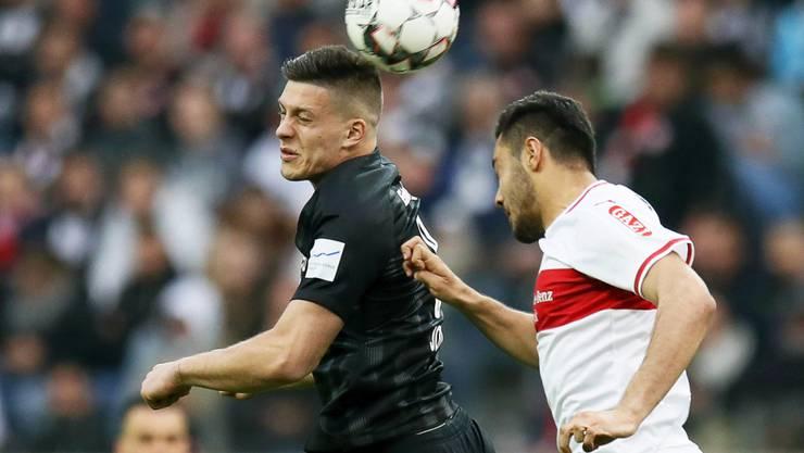Luka Jovic (links) im Kopfballduell mit Ozan Kabak vom VfB Stuttgart