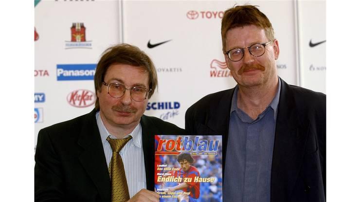 1. März 2002: Verleger Freddy Rüdisüli (l.) undJosef Zindel zeigen das neue Magazin 'rotblau'.
