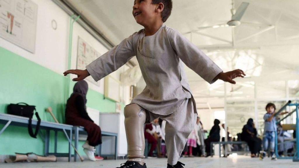 Das grosse Glück des fünfjährigen Ahmad Rahman: In der orthopädischen Klinik des Roten Kreuzes in Kabul tanzt er breit grinsend und freut sich über seine Beinprothese.