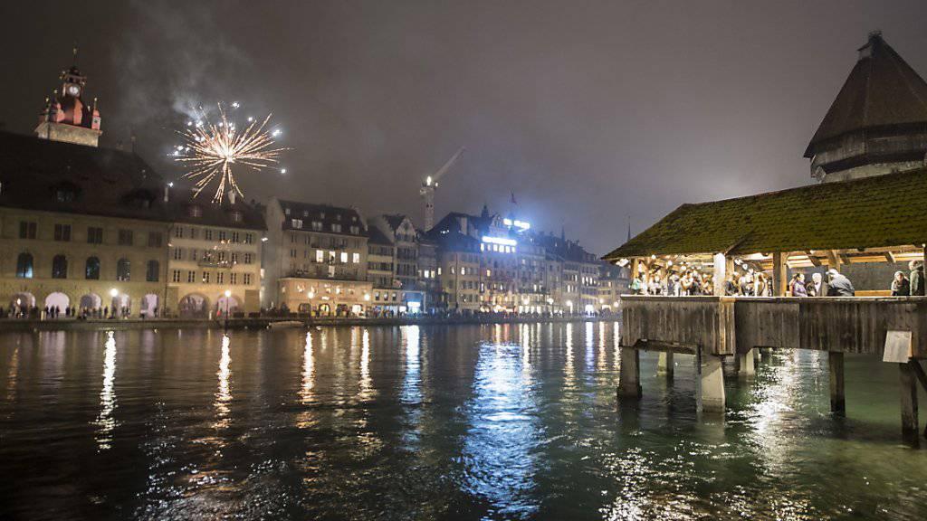 In Luzern gibt es erst später ein grösseres Feuerwerk - dennoch begrüssten in der Nacht auf Dienstag bereits Tausende in der Innenstadt das Jahr 2019.