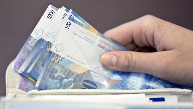 Eine 72-jährige Frau wurde von einer hochdeutsch sprechenden Frau zur Geldübergabe von 20'000 Franken aufgefordert. (Symbolbild)