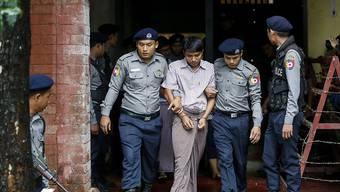 Reuters-Journalist Kyaw Soe Oo wird aus dem Gericht in Rangun geführt - gegen ihn seinen Arbeitskollegen Wa Lone wird ein Prozess eröffnet.