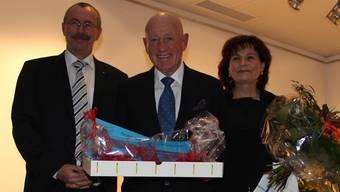 Michael Hohl (Mitte) wird von Dieter Keusch, CEO des Kantonsspitals Baden, und Yvonne Biri, Pflegedirektorin, verabschiedet. JEJ