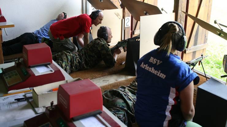 Auf zwölf Anlagen wurde im Landkanton am Wochenende geschossen, so auch auf dem Schiess-Stand Schönenbuch, wo sich die 300-Meter-Gewehrschützen messen konnten.