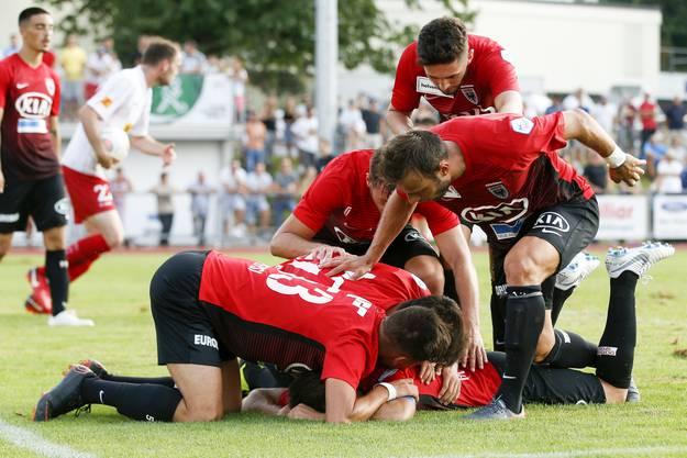 Die Spieler des FC Aarau jubeln mit dem Torschützen zum 1:2 Gianluca Frontino (Aarau) nach dem Tor.