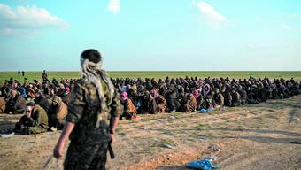 US-unterstützte Kräfte überprüfen Personen im IS-Territorium.
