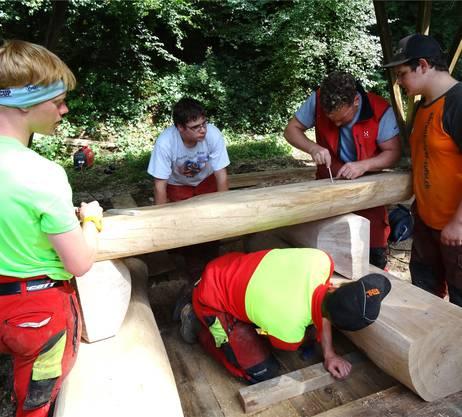 Aus massivem Eichenholz wird unter kundiger Anleitung eine Bankgarnitur erstellt.