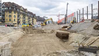 Der Aushub muss künftig vermehrt auf der Schiene transportiert werden. Dies hat der Kantonsrat am Montag in zweiter Lesung beschlossen. Das soll die Gemeinden vom LKW-Durchgangsverkehr entlasten. (Symbolbild)