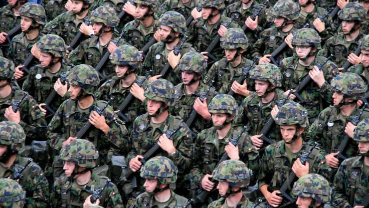 Umstritten: Während Deutschland den Antikriegstag begeht, defiliert die Schweizer Armee heute durch Basel.