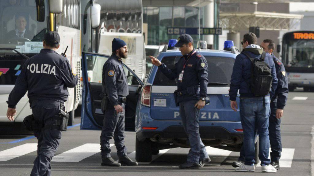 Italienische Polizisten im Einsatz vor einem Flughafen: Nach Ausschreitungen in einem Flüchtlingslager bei Venedig konnte die Polizei verbarrikadierte Angestellte erst nach mehreren Stunden befreien. (Symbolbild)