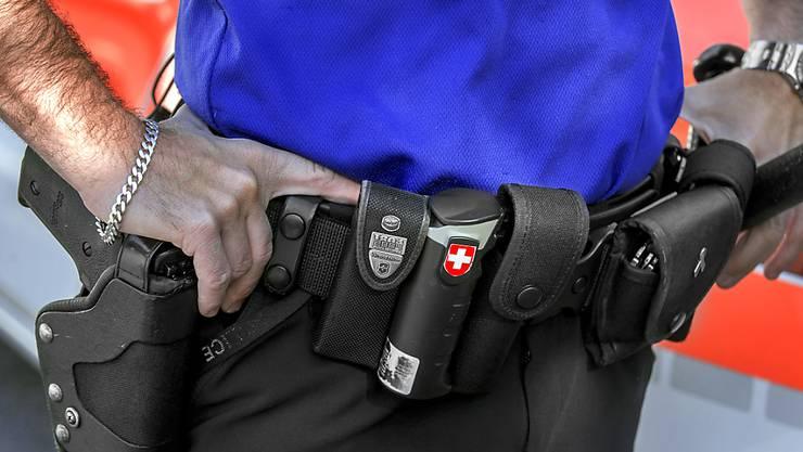 Ein Polizist hat sich mit seiner Dienstwaffe schwer am Kopf verletzt. (Symbolbild)