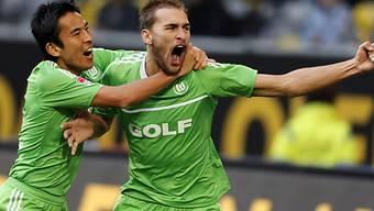 Hasebe feiert Dost (r.), der Wolfsburg in der 90. Minute erlöste