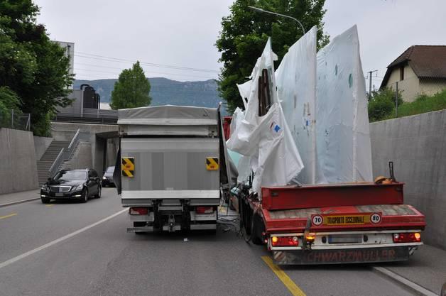 Als er rechts an den Strassenrand fuhr, fielen einige Glasscheiben auf einen vorbeifahrenden Lieferwagen.