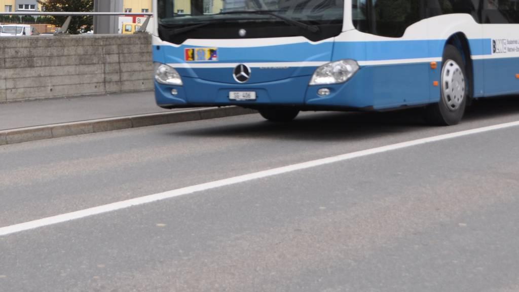 Velofahrer wird von Linienbus überrollt