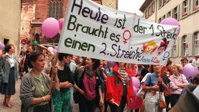 Am ersten Frauenstreiktag 1991 legten wie hier in Basel eine halbe Million Frauen ihre Arbeit nieder.  Key