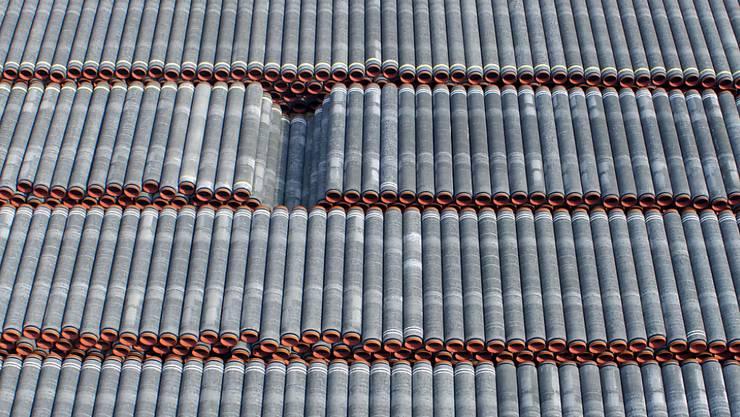 Rohre für die Erdgaspipeline Nord Stream 2 liegen auf einem Lagerplatz im Hafen Mukran auf der Insel Rügen. Spezialschiffe werden derzeit im Hafen für den Einsatz zum Weiterbau der Ostsee-Pipeline Nord Stream 2 vorbereitet. Foto: Jens Büttner/dpa-Zentralbild/dpa