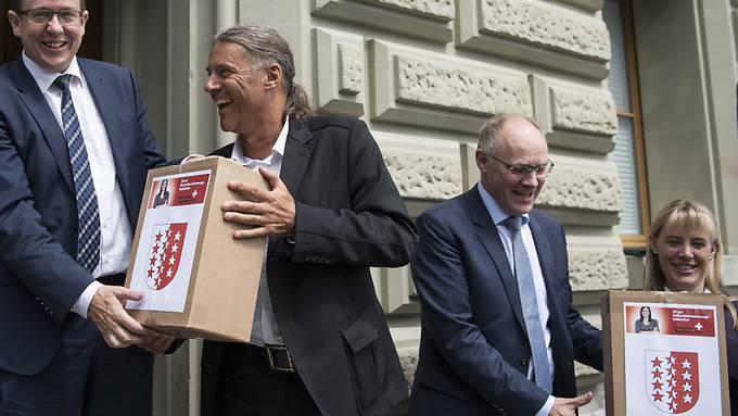 Die Initianten bei der Einreichung der Unterschriften zur Selbstbestimmungsinitiative. Der Bundesrat hat den Abstimmungskampf lanciert. (Archivbild)