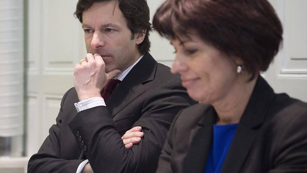 Laut Bundesrätin Doris Leuthard (rechts) und BAKOM-Direktor Philipp Metzger darf sich die SRG am Gemeinschaftsunternehmen mit Ringier und Swisscom beteiligen. Allerdings ist der SRG zielgruppenspezifische Werbung vorerst untersagt.