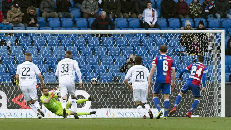 Luganos Torhueter David Da Costa, zweiter von links, hält einen Elfmeter von Basels Mohamed Elyounoussi.