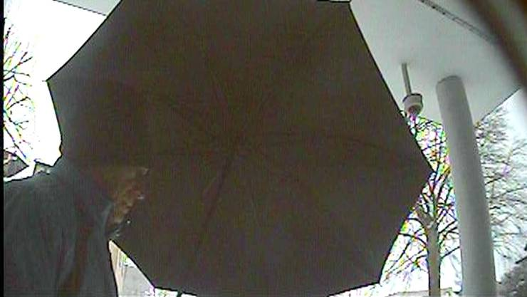 Pech gehabt: Der Räuber hatte bei seinem Überfall auf die Raiffeisenbank wohl nur mit einer Überwachungskamera - derjenigen im Hintergrund - gerechnet.