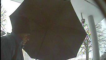 Der Räuber hat wohl nur mit einer Überwachungskamera - derjenigen im Hintergrund - bei der Raiffeisenbank Oberrohrdorf gerechnet