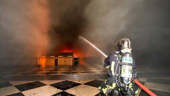 Pariser Feuerwehrmann im Einsatz im inneren der brennenden Kathedrale Notre-Dame.
