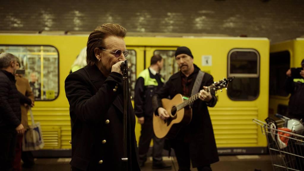 U2 fährt in Berlin mit der U-Bahnlinie U2 und gibt ein Mini-Konzert.