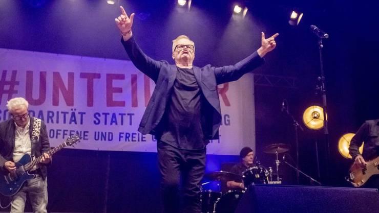"""Der Musiker Herbert Grönemeyer tritt bei der Abschlusskundgebung der Demonstration gegen Rassismus und Rechtsruck mit dem Motto """"Unteilbar"""" vor der Berliner Siegessäule auf."""