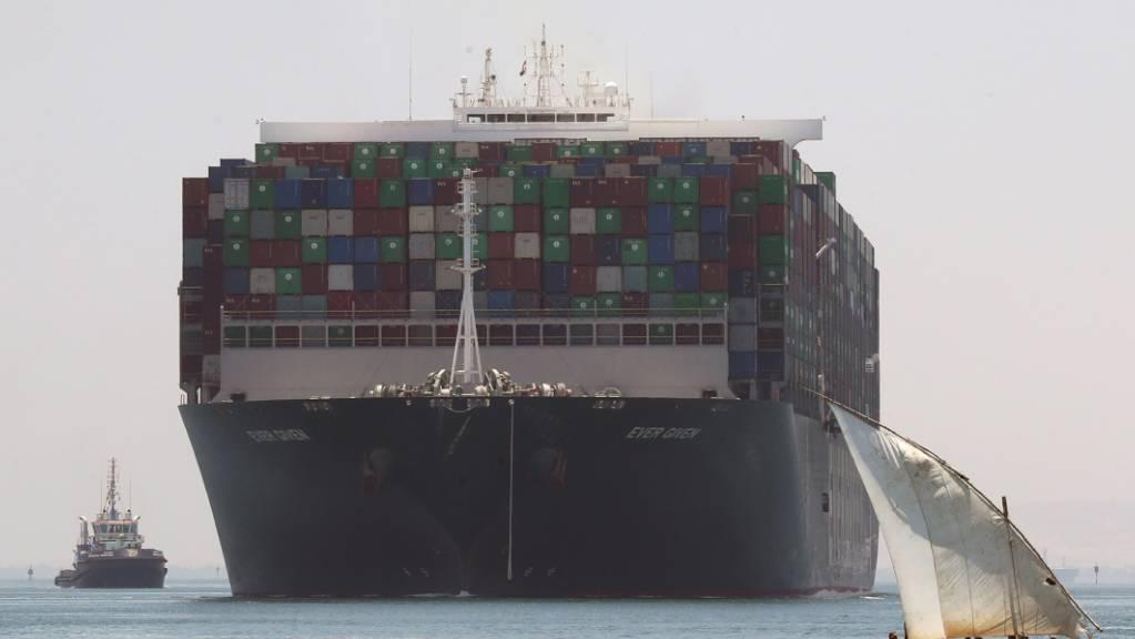 Das Containerschiff Ever Given, nachdem am 7. Juli die ägyptische Behörden seine Weiterfahrt erlaubt hatten. (Archivbild)