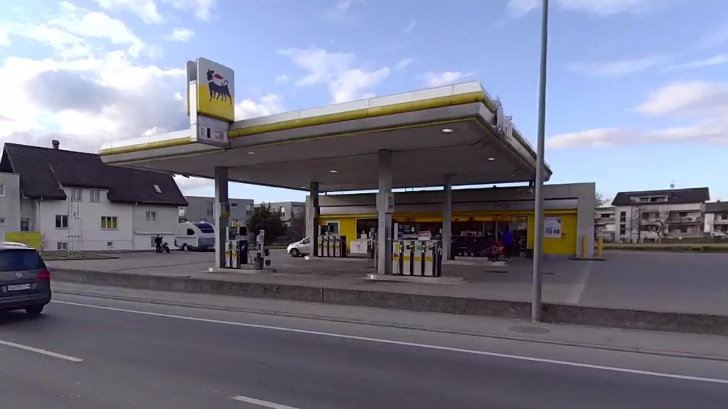 Mit Taschenmesser bedroht: Mann überfällt Tankstelle