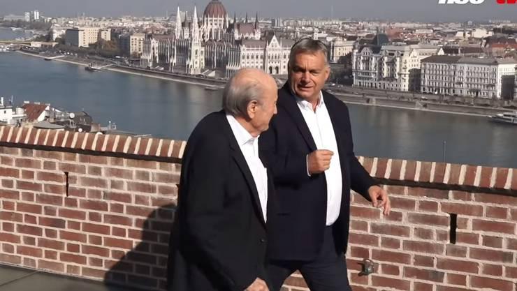 Premier Viktor Orban auf dem Balkon seines Regierungssitzes hoch über der Donau - mit seinem Schweizer Gast, Ex-Fifa-Präsident Sepp Blatter.