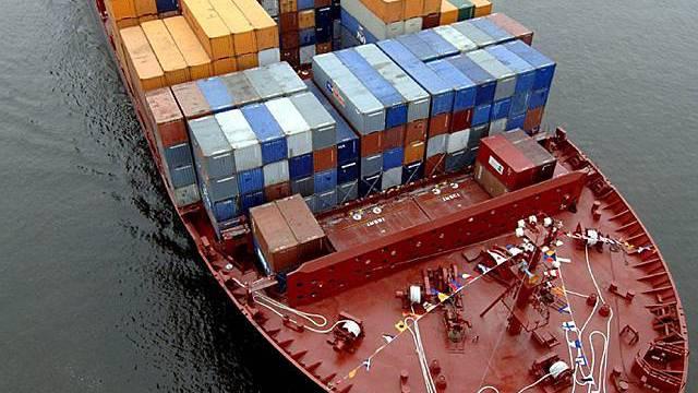 Deutsches Containerschiff vor Hamburg