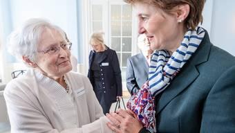 Bundespräsidentin Simonetta Sommaruga (r.) hat letzten Sonntag bereits Schweizer Holocaust-Überlebende in Bern zum Austausch empfangen.