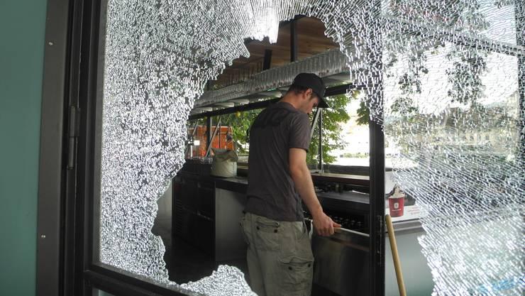 Die Glastür der Hafebar wurde in der Nacht auf Montag, 6.August 2018 mit einem faustgrossen Stein eingeschlagen.