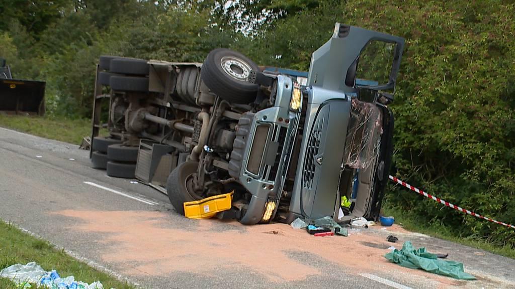 Luzern: Lastwagen kippt um - Fahrer erheblich verletzt