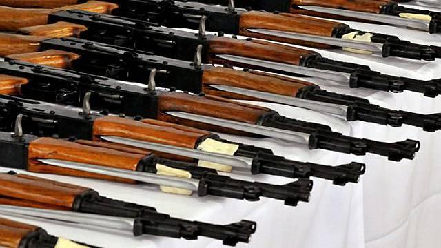 Beschlagnahmte Sturmgewehre des Typs AK-47 (Symbolbild, Archiv)