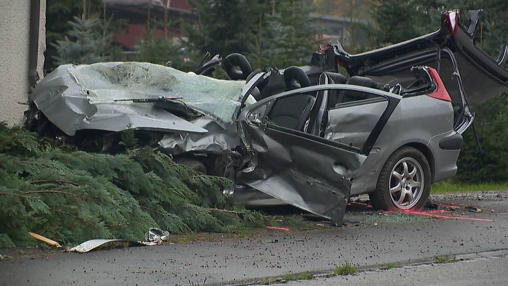 Auto prallt in Hauswand: Zwei Verletzte bei Kollision in Hefenhofen (TG)