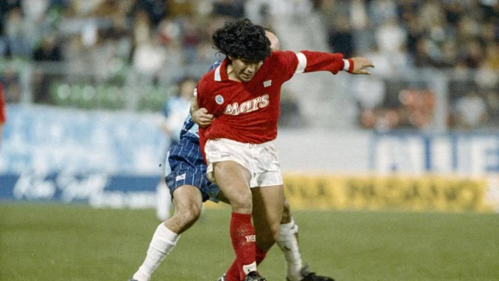 Im Herbst 1989 gab Diego Maradona ein Gastspiel in der Schweiz. Der Weltstar gastierte im UEFA-Cup mit Napoli im Zürcher Letzigrund.