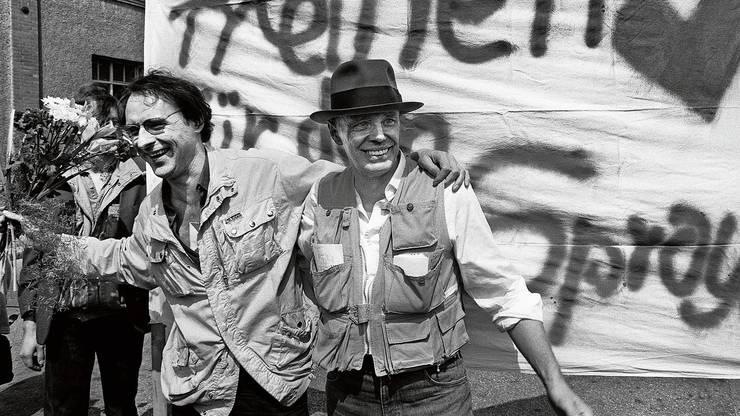 Harald Naegeli (links) betritt 1984 mit Joseph Beuys Schweizer Boden.