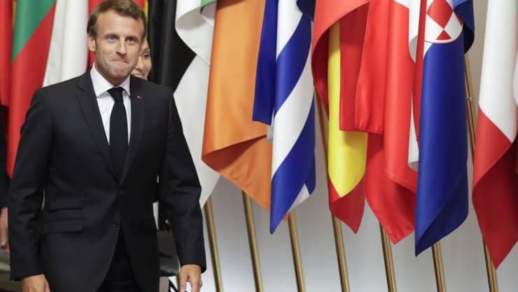 Frankreichs Staatspräsident Emmanuel Macron hat sich enttäuscht darüber gezeigt, dass der EU-Sondergipfel zur Ernennung eines neuen EU-Kommissionspräsidenten wegen Uneinigkeit auf Dienstag vertagt worden ist.