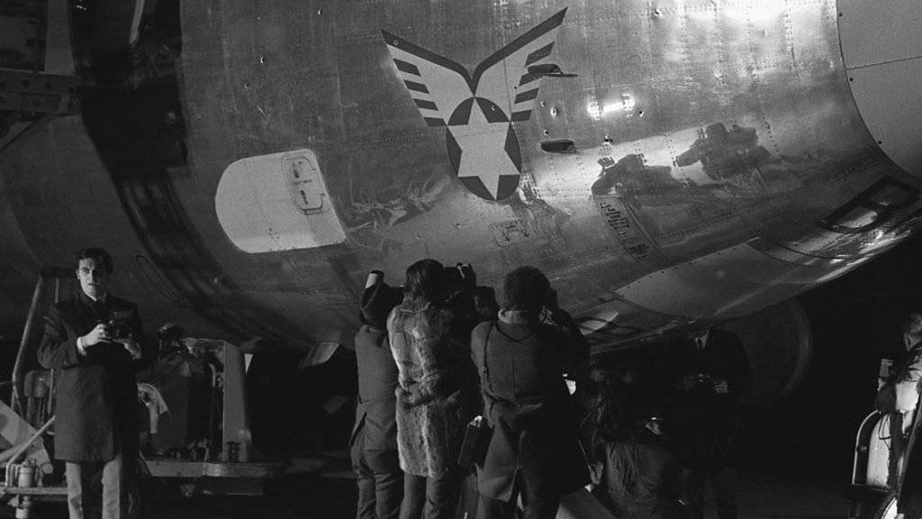 ARCHIVE --- Die Einschüsse der Boeing 720b der israelischen Fluggesellschaft El-Al werden von Fotografen abgelichtet. Die Maschine wurde am 18. Februar 1969 beim Abflug am Abend von vier Terroristen mit Maschinenpistolen beschossen. (KEYSTONE/Str)