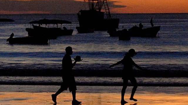 Verliebte an einem Strand (Archivbild)