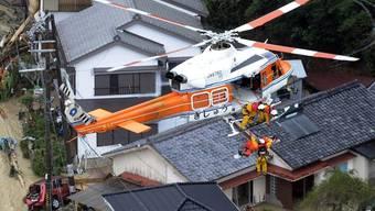 Ein japanischer Rettungshelikopter im vom Taifun heimgesuchten Gebiet